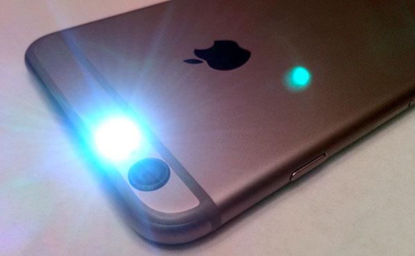 iPhone <stro />LED (Diodo emisor de Luz)</strong> notificaciones&#8221; width=&#8221;600&#8243; height=&#8221;370&#8243; /></p> <p>Ya hace mucho que los teléfonos se proclamaron como imprescindibles en vuestras vidas y con los teléfonos no hemos hecho sino hacernos aún más dependientes. Un estudio anunciado por Telefónica® a finales del año(365 días) pasado aseguraba que <strong>miramos el celular una media de 150 veces al día,</strong> que se dice pronto. Comprobamos constantementesi tenemos <strong>notificaciones no leídas</strong>, no sea que nos hayamos despistado y no hayamos escuchado el aviso. Los <a target=