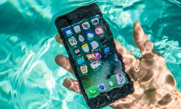 5 cuidados de emergencia que puedes intentar con tu móvil si se cae al agua